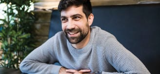Forfatter debutant Zeshan Shakar (35) gir ut roman om oppveksten på Stovner.  Foto: FRODE HANSEN, VG